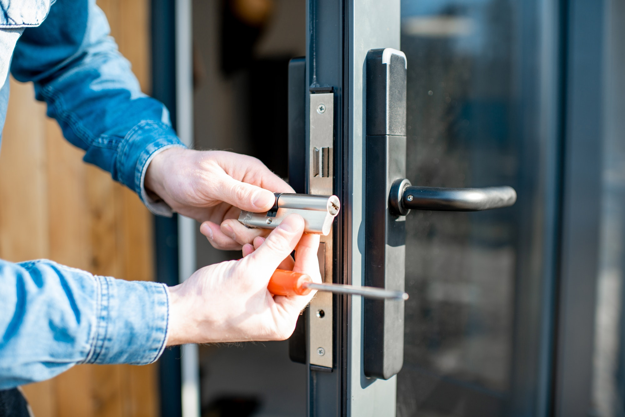 Montering af lås og oplukning af lås