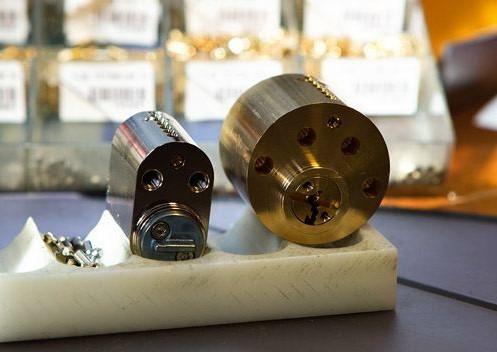 Låsesmed Frederiksberg, med døgnservice i Frb rykker ud til kunder i området akut, omkodning af lås