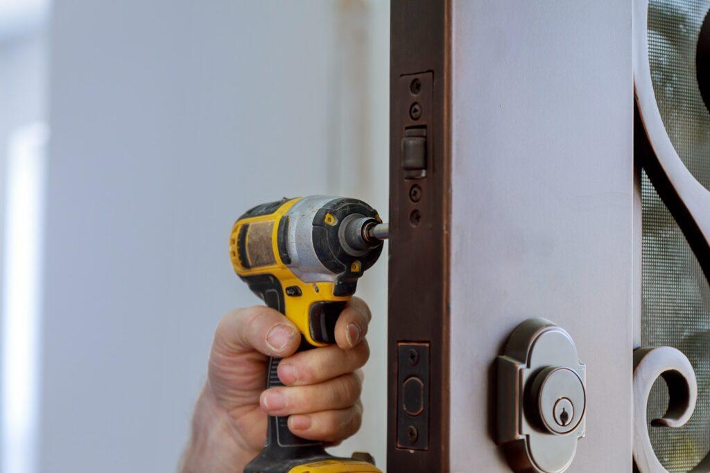 Billig låsesmed København monterer en låse
