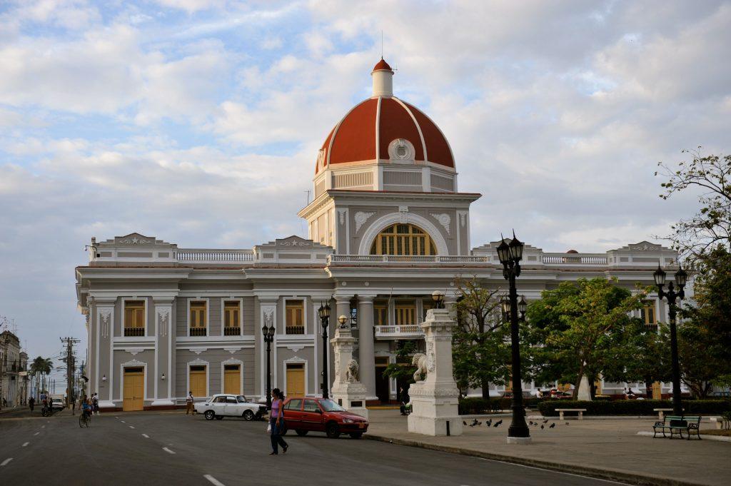 LatinA Tours Cuba Cienfuegos - Colonial buildings, City, Car, People, Central Region Kuba