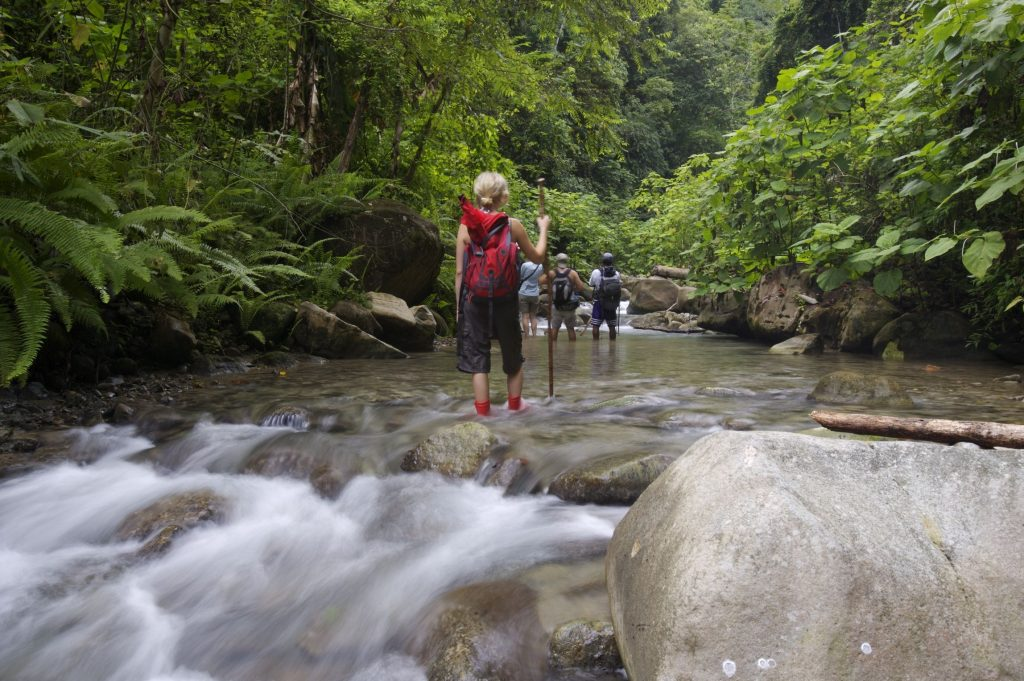 LatinA Tours Costa Rica Selva Bananito Lodge Hike durch Fluss