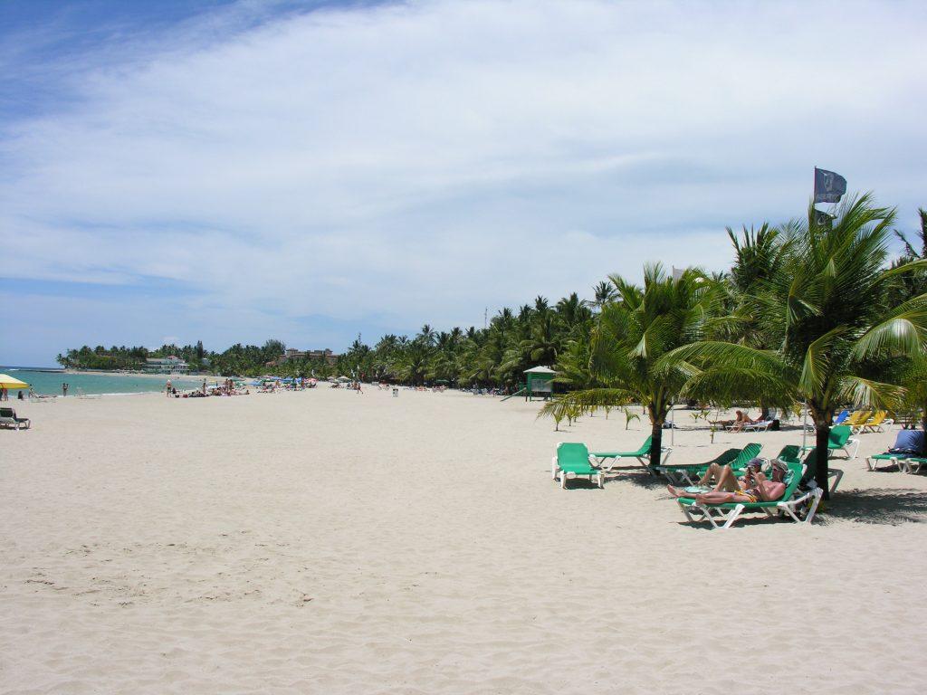 LatinA Tours DomRep - Cabarete - Beach, Ocean, Sunshades, Deck chairs and white beacheach