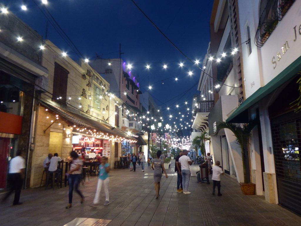 LatinA Tours DomRep Santo Domingo Einkaufsstrasse by night