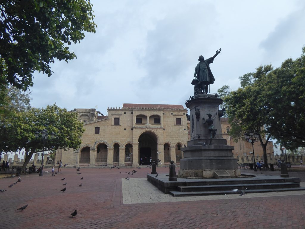LatinA Tours Dominikanische Republik Plaza de la Catedral Kolumbus Statue Kathedrale Santo Domingo