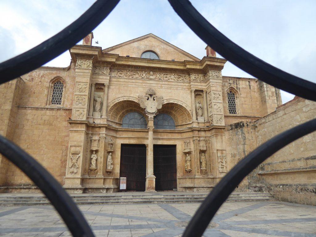LatinA Tours Dominikanische Republik Santo Domingo Kathedrale Seitenansicht
