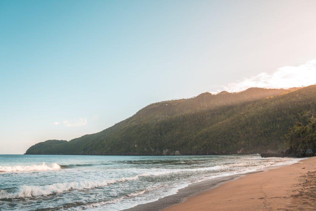 LatinA Tours Dominikanische Republik Strand Sonnenuntergang warmes Licht Samana