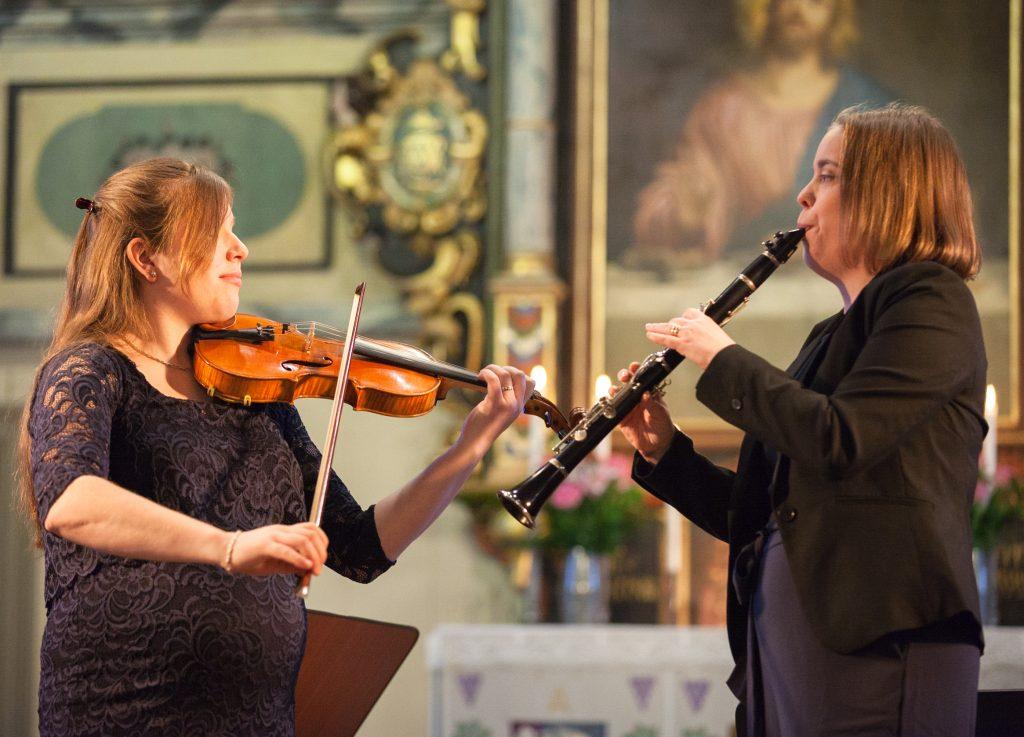 Therese Olsson Hugosson och Maria Andersson spelar folkmusik i Svanskogs Kyrka