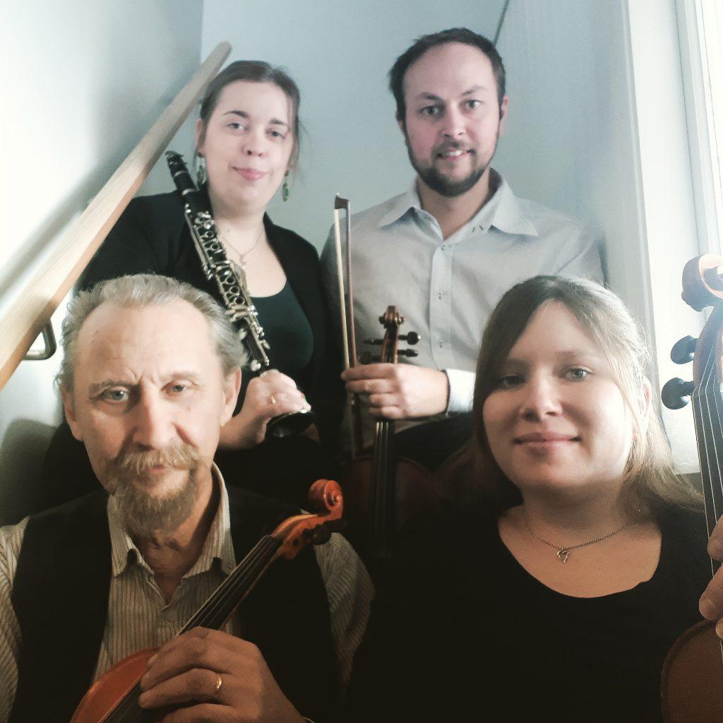 Riksspelman kan man vara på t.ex. fiol eller klarinett. På bild Svanskogs fyra riksspelmän.
