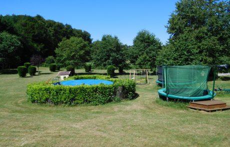zwembad en trampoline