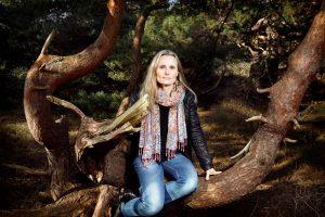 Bilden visar författaren som sitter i ett träd.