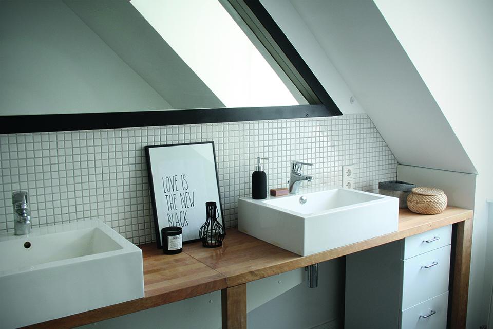 Den Spiegel schwarz zu lackieren hat einigen Mut gebraucht, die Wirkung aber überzeugt- in der Kombination mit Holz und viel Weiß gibts einen klaren, grafischen Akzent.