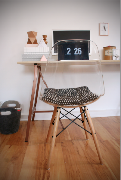 Auch an Schreibtisch Nummer Zwei macht sich KeasGhost-Chair richtig gut.