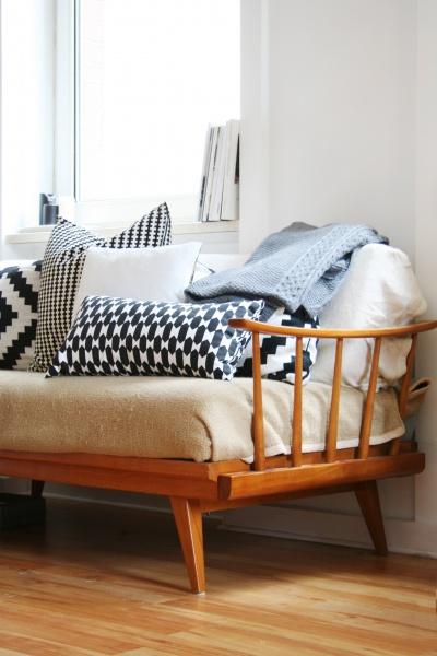 Genug Kissen kann man gar nicht haben, egal was der Partner an der Ikea-Kasse behauptet. Eine einheitliche Farbfamilie hält auch den wildesten Mustermix zusammen.