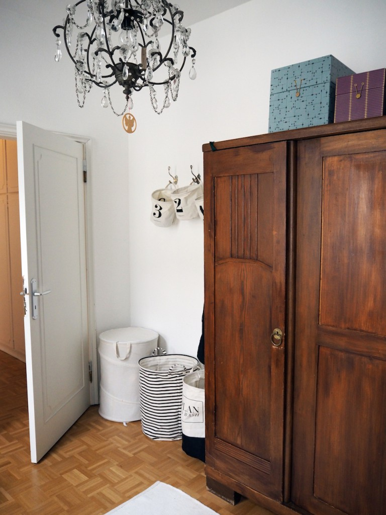 Alles hat seinen Platz: Kreative Wäschekorb-Trilogie zwischen Tür und altem Holzschrank. Foto: Marasco-Albry