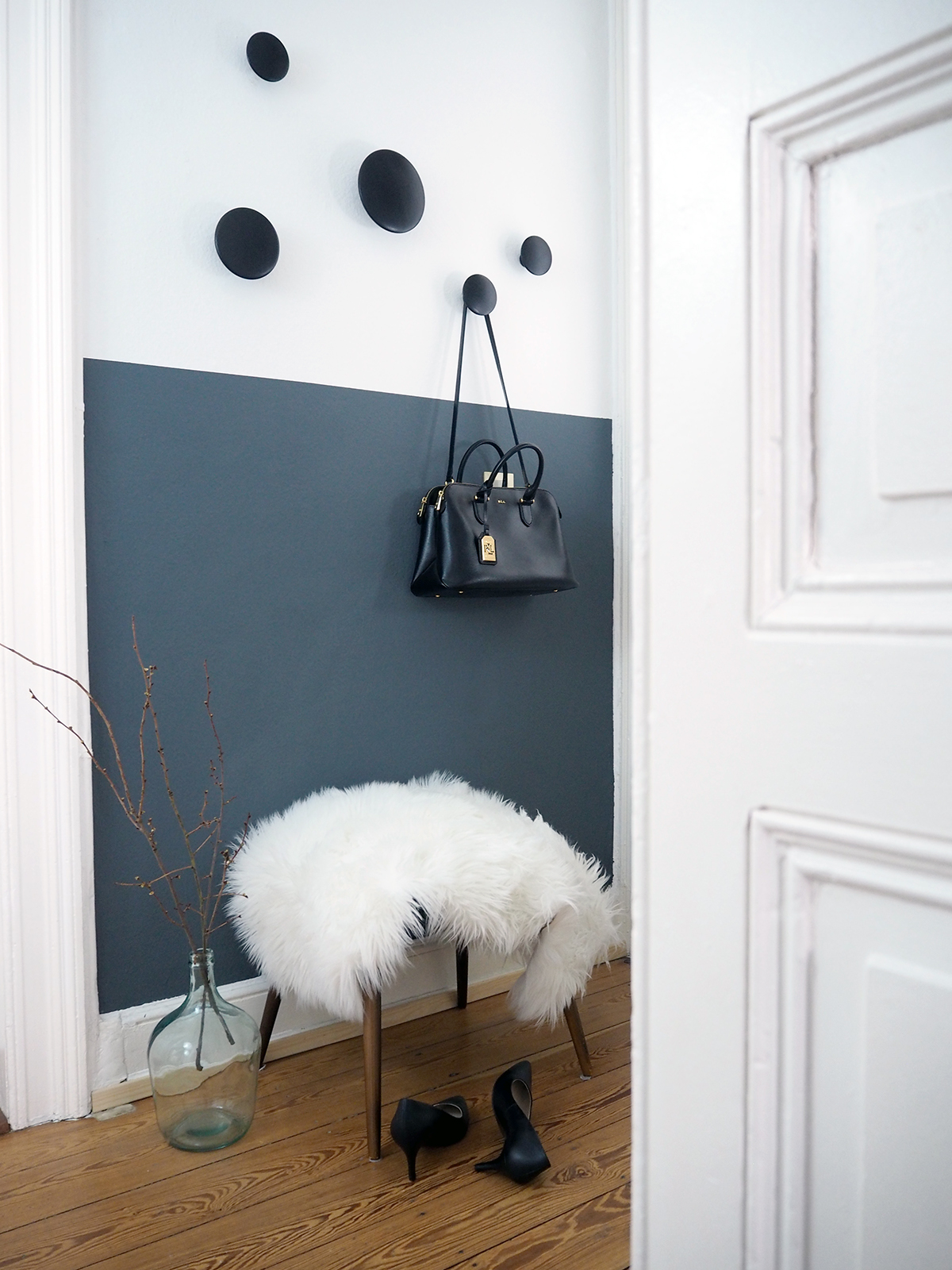 Flur-Hallway-Half-Painted-Walls-Dark-Walls-Muuto-Dots Lieblings Blog