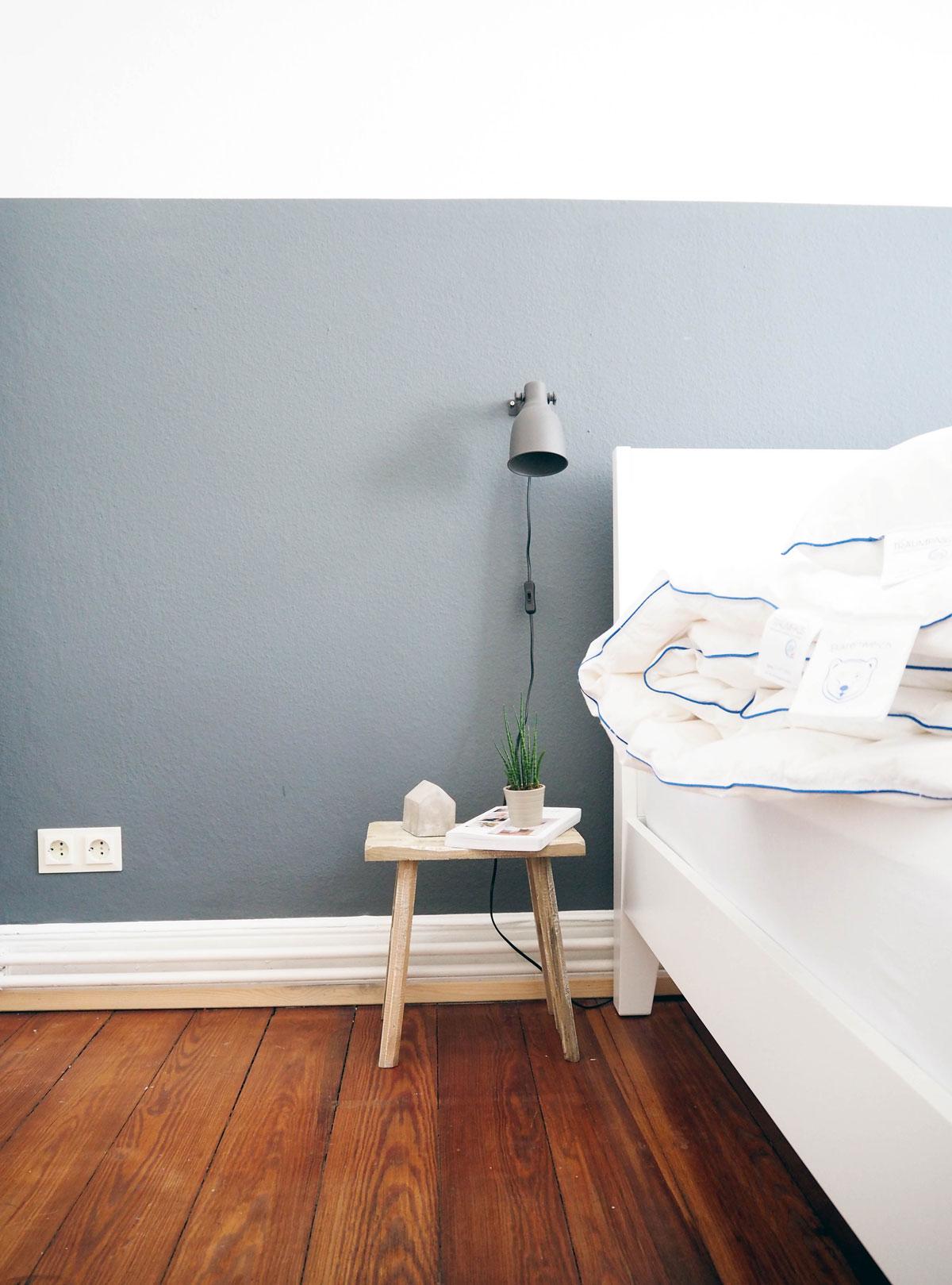 20170525-Lieblings-Blog-Nachttisch-alte-Holzbank-Half-Painted-Wall-Schlafzimmer-Inspiration-Bruno-Bett-Bettwäsche-Bärenweich
