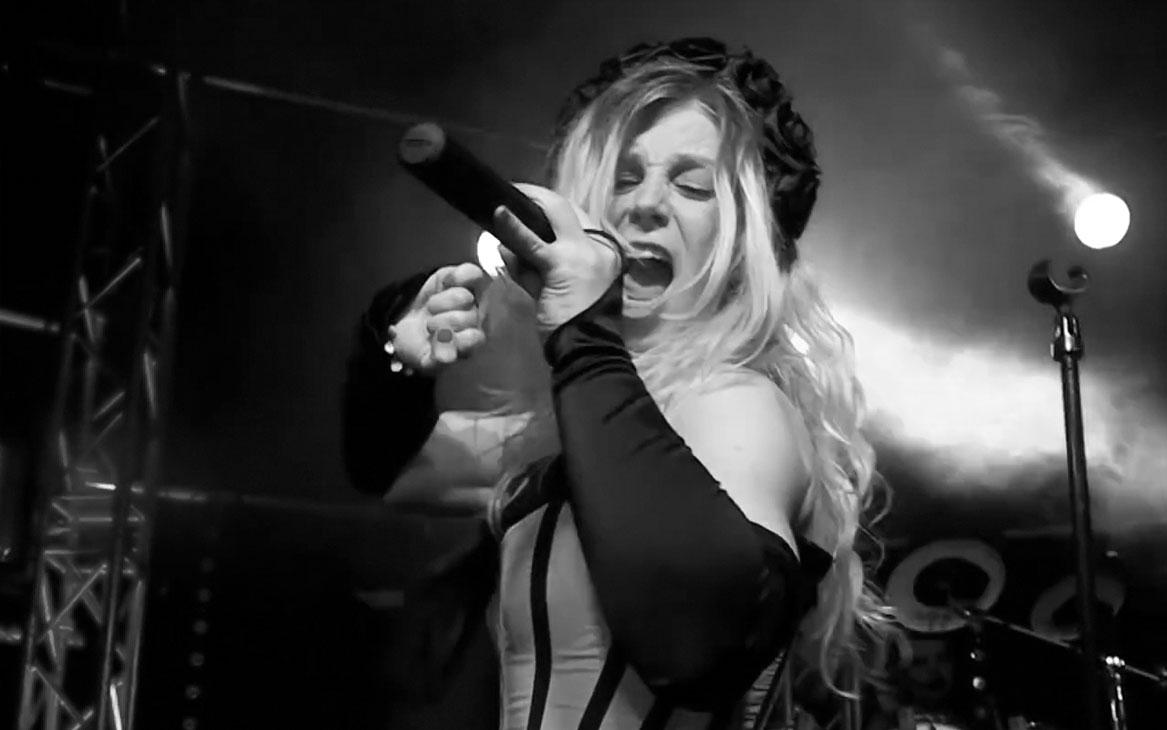 singer Laura Schoegje