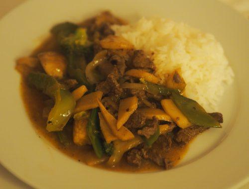 En ferdig kinesisk biff chop suey, klar til servering