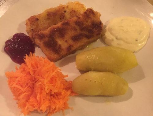 Bilde av tallerken med maaronifisk, potet, raspet gulrot og remulade