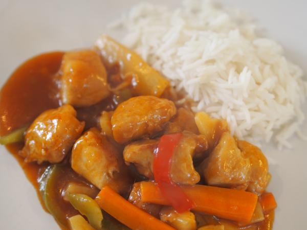 Bilde av deilig kylling i hjemmelaget sursøt saus med ris.