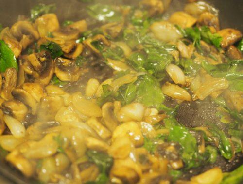 Bilde av surret sopp med løk og spinat