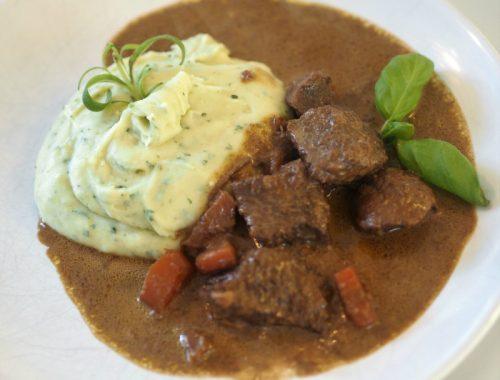 Lindas kjøttgryte klar til servering, med potetmos.