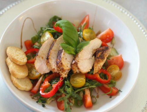 kyllingsalat på et fat