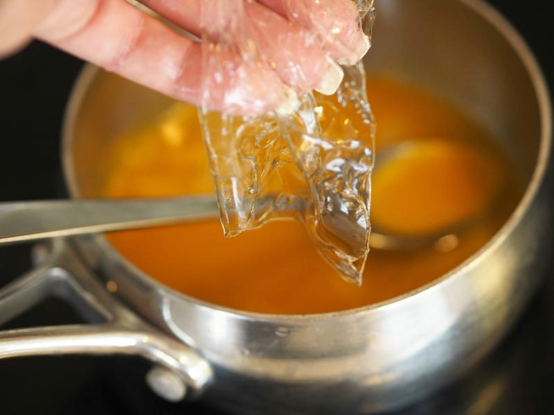 Pasjonsfrukt som kokesopp og har i gelatin. For å lage regnbuedessert.