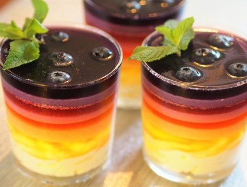 Regnbuedessert klar til servering