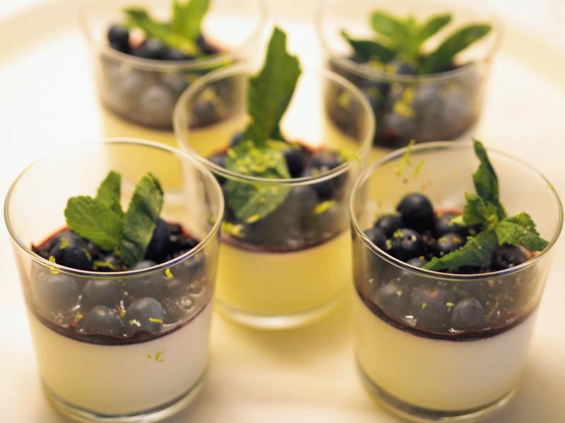 Bilde av pannacotta med limemarinerede blåbær