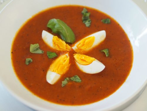 Tomatsuppe med egg og makaroni, klar til servering