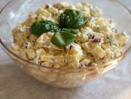 Bilde av ferdig kremet potetsalat, klar il servering