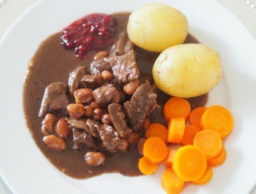 Kjøtt og bønner med tilbehør klar til servering