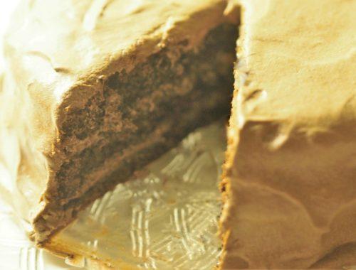 Bilde av sjokoladekake med vaniljekrem blandet med smørkrem, klar for servering