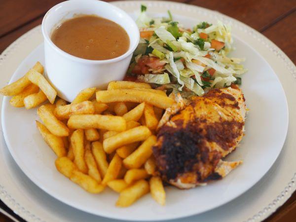 Ferdig servert kylling på boks med salat og pomesfrites.