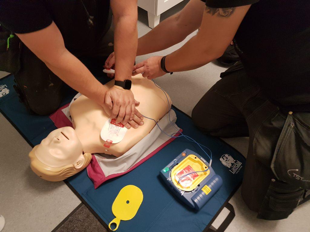 Övning i hjärt-lungräddning med hjärtstartare.