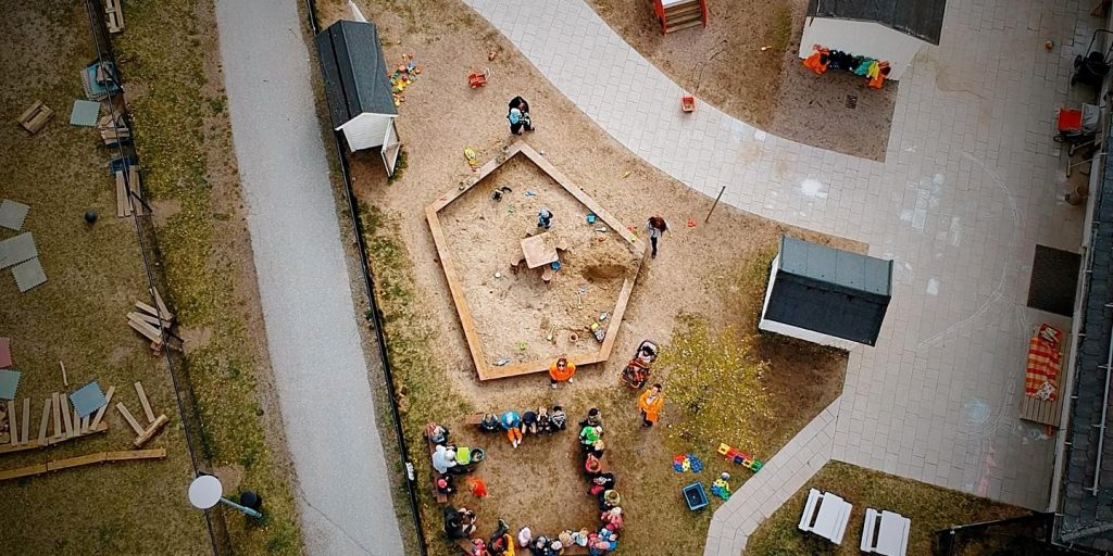Drönarbild på förskolans gård tagen rakt ovanifrån.