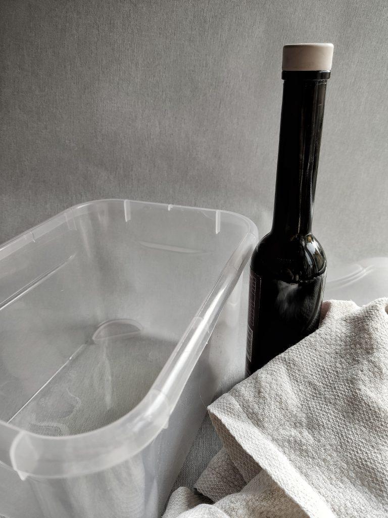 Plastbunke med olja i. Surdegsbröd