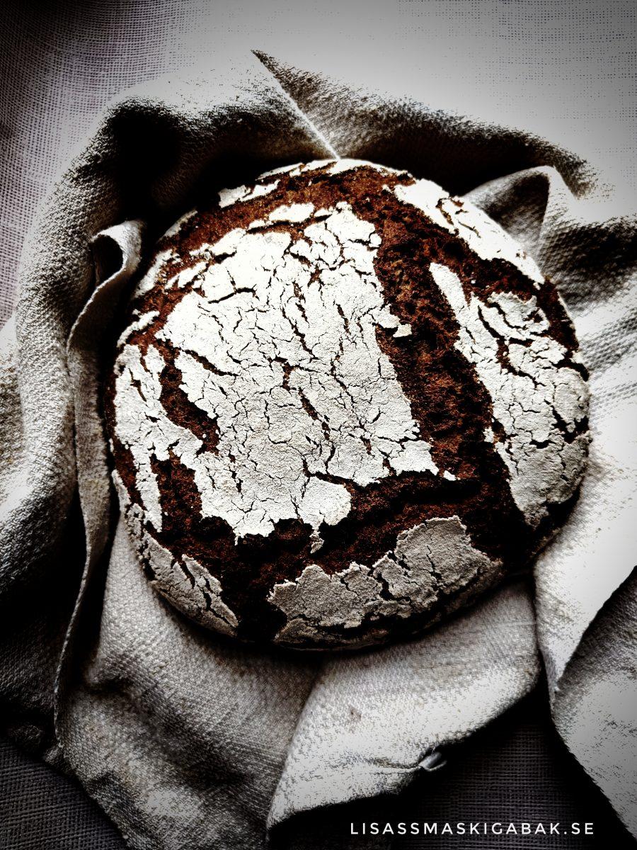 Mörkt bröd med kaffe