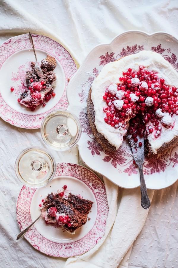 Chokladtårta med frosting och röda bär