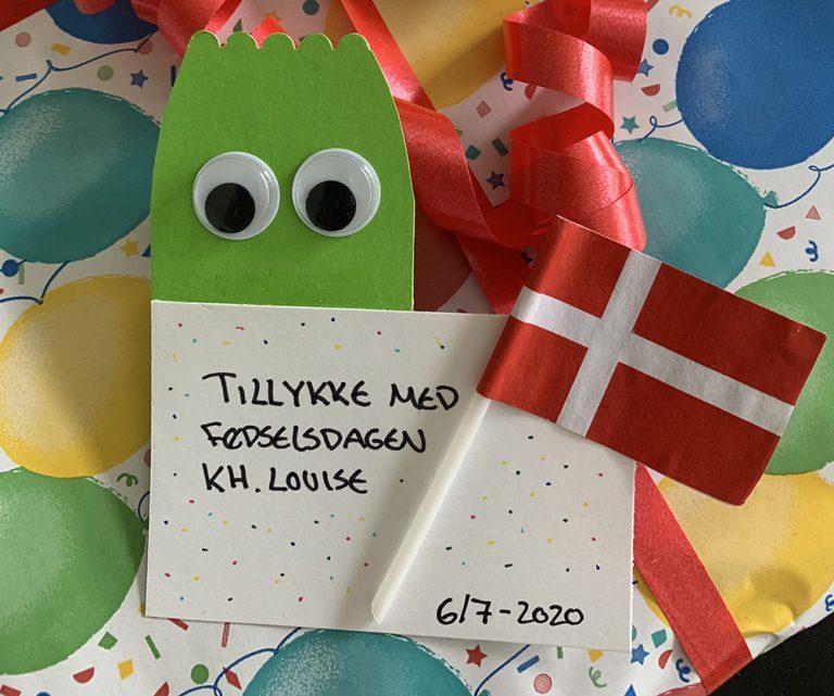 Fødselsdagskort med grøn figur og flag
