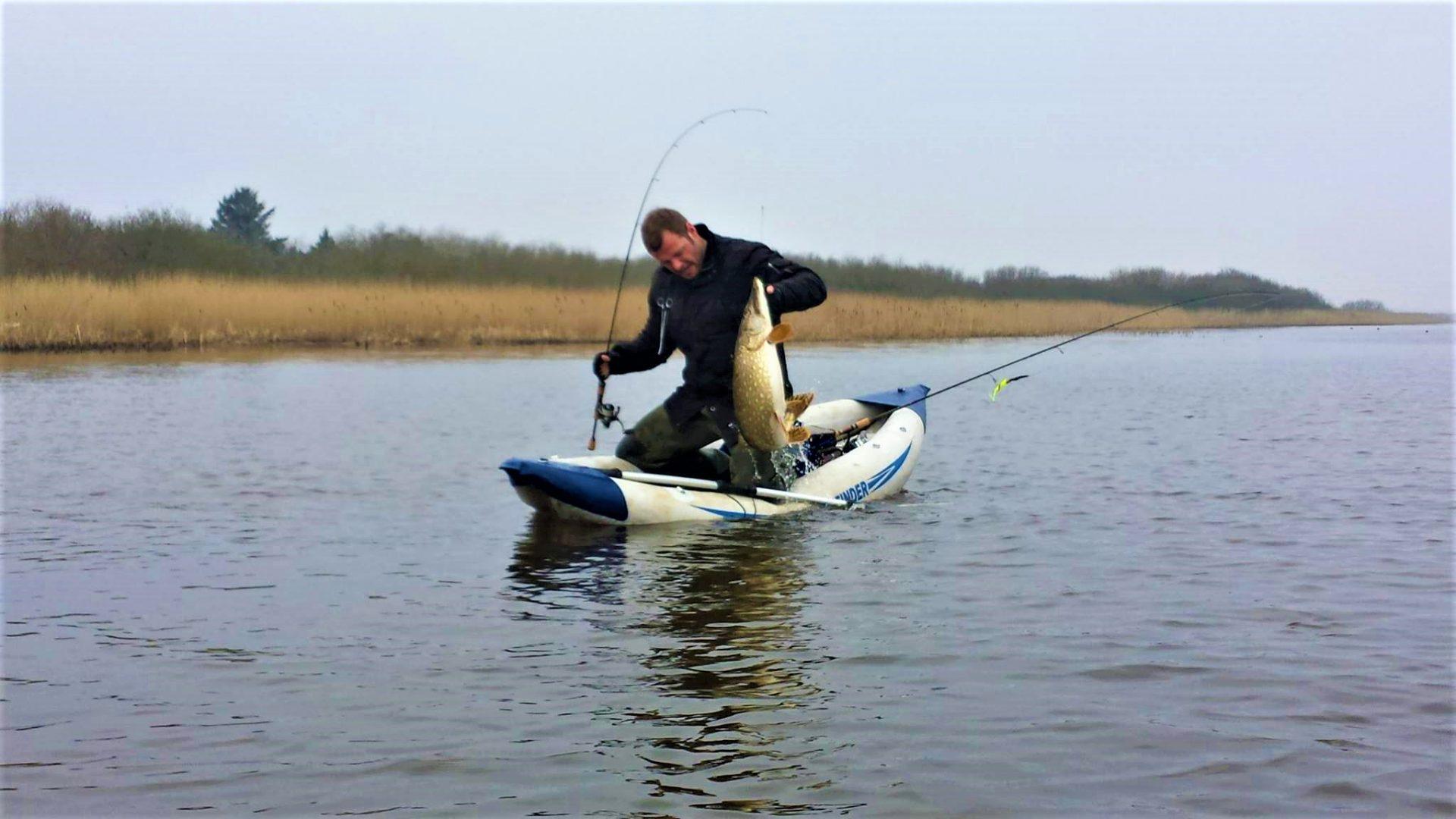 Acttionfyldt geddefiskeri fra oppustelig kajak.