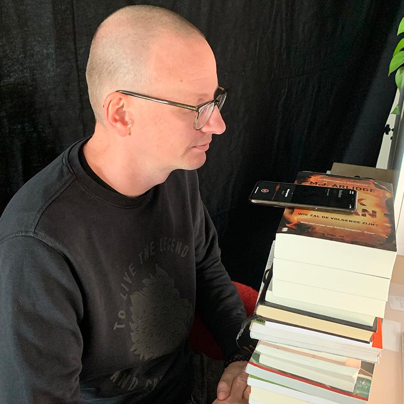 Boekentruck om een podcast op te nemen