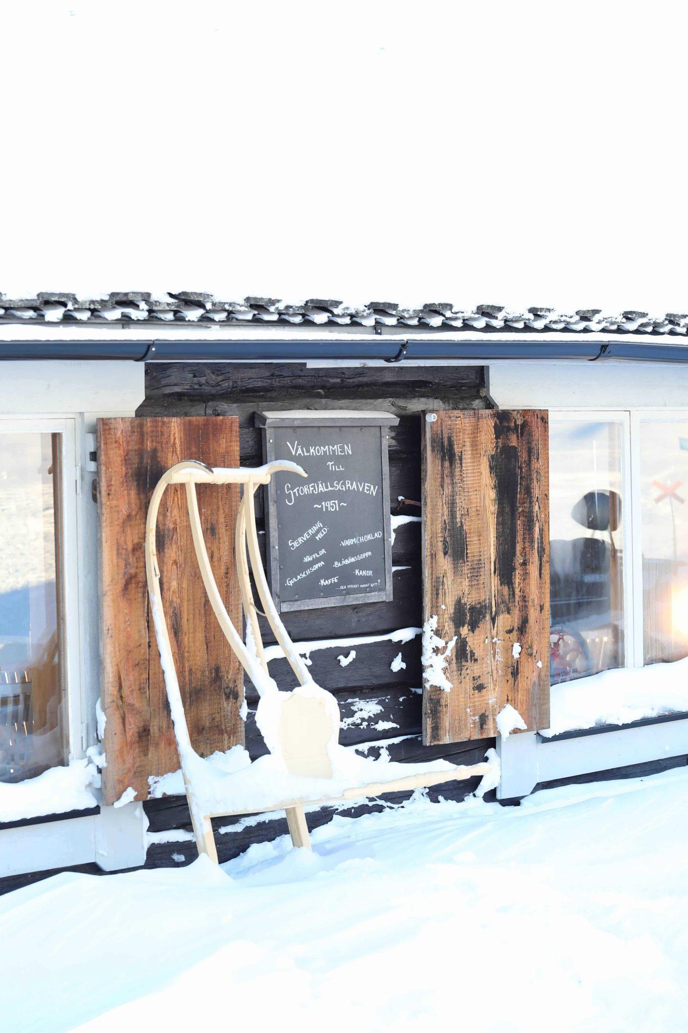 snöig skylt vid storfjällsgraven
