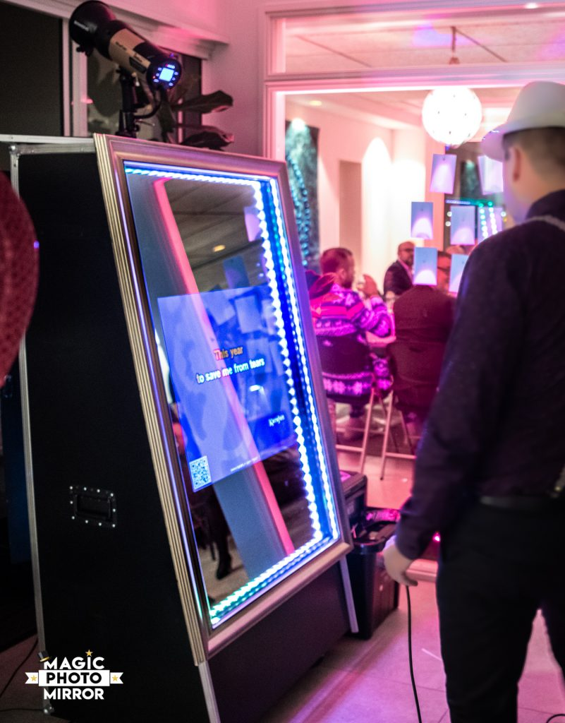 Hyr Fotobås Sundsvall. Magic Mirror photobooth. Nu med karaoke!