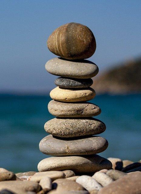 sten-i-balance-paa-strand