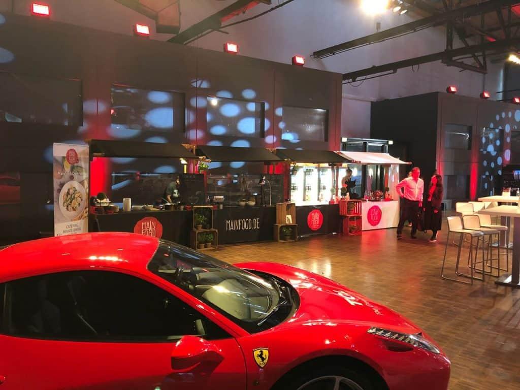 Streetfood Stand mit rotem Ferrari