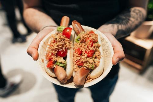 Ein Hotdog im Brötchen