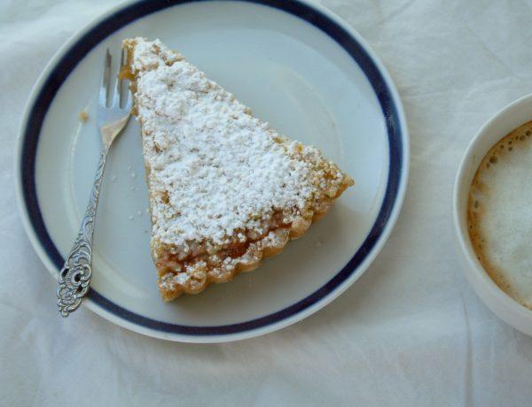 vegan rabarber kruimel taart op bord