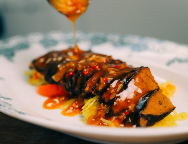 recept voor vegan babi pangang op basis van seitan met atjar en gembersaus